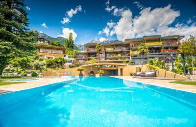 Außenaufnahme Pool, schönes Wetter und blauer Himmmel, Tourismusfotograf