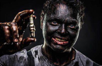 Mitarbeiterfoto Autohaus Gell, Mechaniker mit schwarzer Farbe im Gesicht