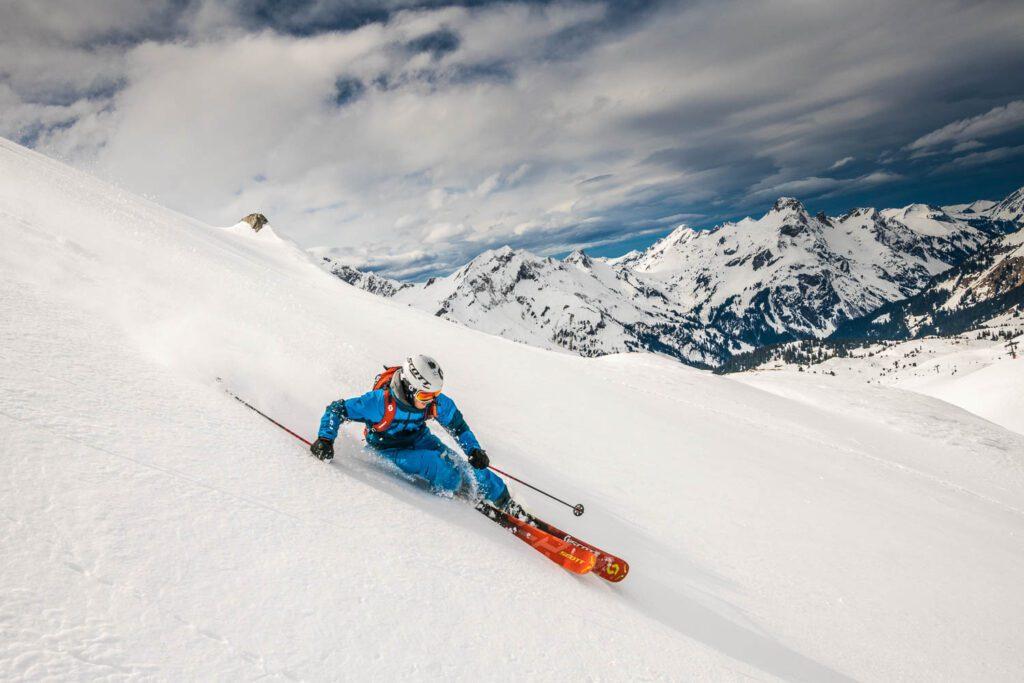 Skifahren im Tiefschnee, Bergpanorama