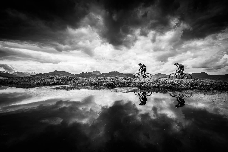 Mountainbike-Tour im Nebel in Saalbach-Hinterglemm, Fotoshooting, Mountainbiken am See, Fotograf Saalbach-Hinterglemm, Hacklberg-Trail