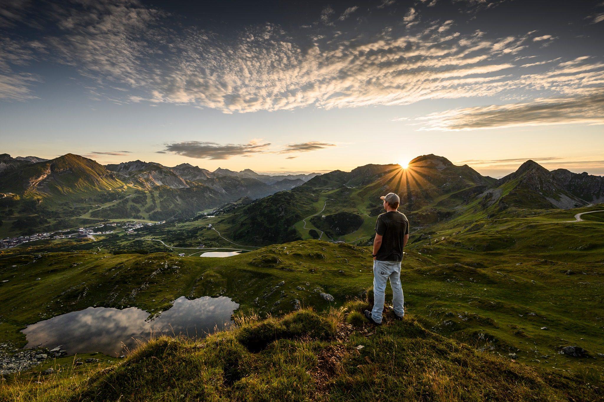Blick auf Obertauern mit See und Person im Vodergrund